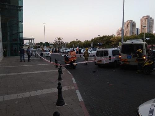 בן 7 נמחץ בין שני כלי רכב ליד הקניון