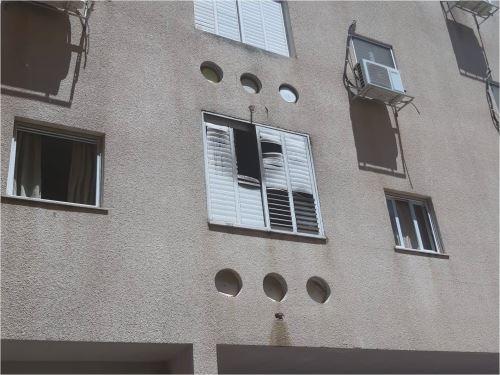 """שריפה בבנין מגורים ברחוב חיים כהן בפ""""ת- שתי פצועות"""