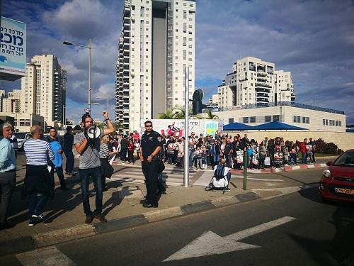 שישי בצהריים; עוד הפגנה ב′אם המושבות′ בדרישה לטפל בסירחון