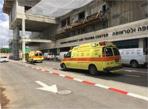 פצוע אנוש כתוצאה מנפילה מגובה במבנה משרדים בפתח תקווה