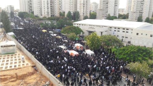 """כחצי מליון איש להערכת המשטרה משתתפים בהלויית הרב שטיינמן ב""""ב"""